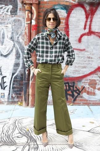 Come indossare e abbinare: camicia elegante scozzese verde scuro, pantaloni larghi verde oliva, décolleté in pelle scamosciata decorati grigi, sciarpa di seta stampata verde menta