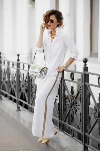 Come indossare: camicia elegante bianca, pantaloni larghi bianchi, sabot in pelle dorati, borsa a tracolla in pelle argento