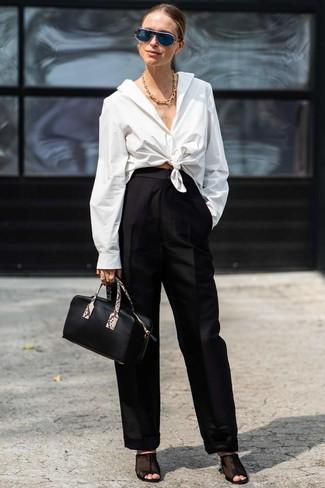 Come indossare: camicia elegante bianca, pantaloni larghi neri, sabot in rete neri, borsa a mano in pelle nera