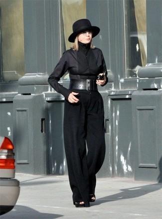 Come indossare: camicia elegante nera, pantaloni larghi neri, sandali con tacco in pelle scamosciata neri, borsalino di lana nero