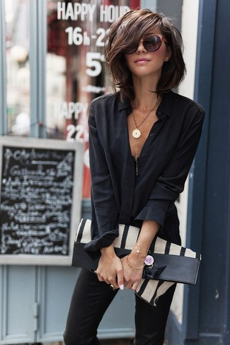Come indossare: camicia elegante nera, pantaloni skinny neri, borsa shopping di tela a righe verticali beige, occhiali da sole bordeaux