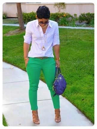 Come indossare: camicia elegante a quadri bianca, pantaloni skinny verdi, sandali con tacco in pelle marrone chiaro, cartella in pelle blu