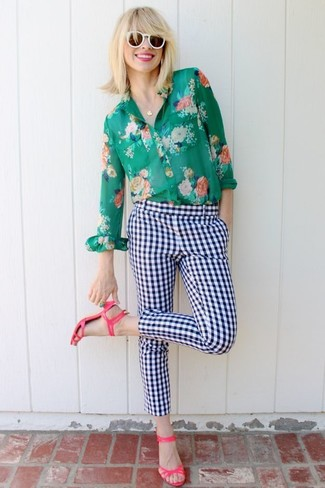 Come indossare e abbinare: camicia elegante a fiori verde, pantaloni skinny a quadri bianchi e blu scuro, sandali con tacco in pelle fucsia, occhiali da sole bianchi