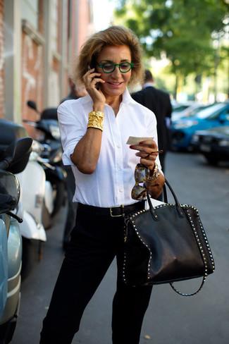 Come indossare e abbinare un gioiello per una donna di 50 anni: Prova a combinare una camicia elegante bianca con un gioiello per un look comfy-casual.