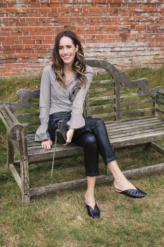 Come indossare: camicia elegante a righe verticali grigia, pantaloni stretti in fondo in pelle neri, sabot in pelle neri, pochette in pelle nera