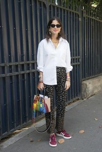 Come indossare: camicia elegante bianca, pantaloni stretti in fondo stampati neri, sneakers basse in pelle scamosciata bordeaux, borsa shopping in pelle multicolore