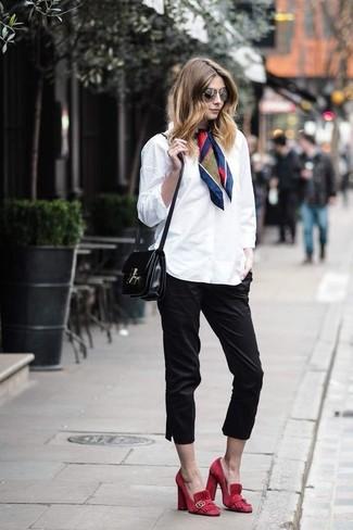 Come indossare: camicia elegante bianca, pinocchietti neri, décolleté in pelle scamosciata rossi, borsa a tracolla in pelle nera