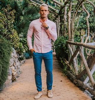 Come indossare e abbinare: camicia elegante rosa, chino blu, scarpe derby in pelle beige, orologio blu