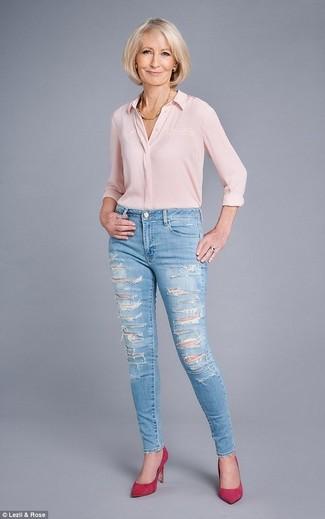 Come indossare e abbinare: camicia elegante di seta rosa, jeans aderenti strappati azzurri, décolleté in pelle scamosciata fucsia, collana dorata