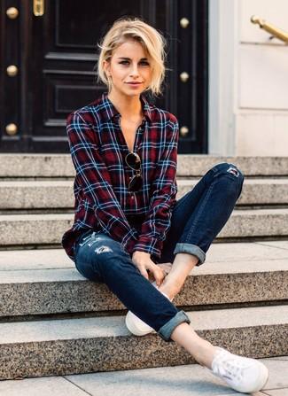 Come indossare: camicia elegante scozzese bianca e rossa e blu scuro, jeans aderenti strappati blu scuro, sneakers basse di tela bianche