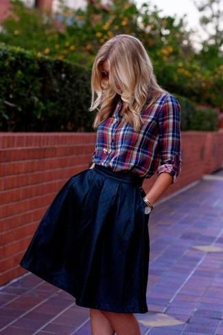 Come indossare: camicia elegante scozzese rossa e blu scuro, gonna a ruota blu scuro, orologio in pelle blu scuro