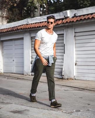 Come indossare e abbinare calzini a righe orizzontali blu: Indossa una camicia elegante a righe verticali bianca e blu con calzini a righe orizzontali blu per un outfit rilassato ma alla moda. Prova con un paio di scarpe da barca in pelle scamosciata verde oliva per mettere in mostra il tuo gusto per le scarpe di alta moda.