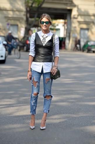 Come indossare e abbinare: camicia elegante bianca, top peplo in pelle nero, jeans aderenti strappati blu, décolleté in pelle argento