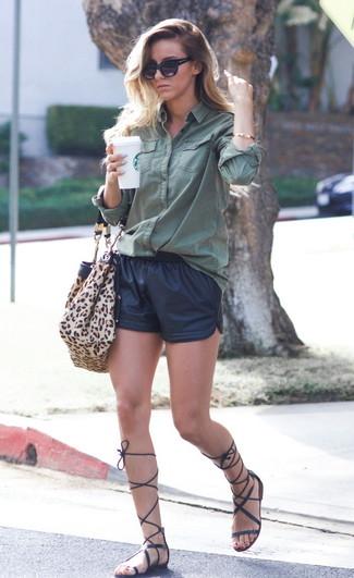 Come indossare: camicia elegante verde scuro, pantaloncini in pelle neri, sandali gladiatore alti in pelle neri, borsa shopping in pelle scamosciata leopardata marrone chiaro