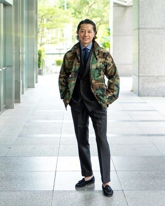 Come indossare e abbinare una cravatta blu scuro: Sfodera un look elegante con una camicia giacca mimetica verde oliva e una cravatta blu scuro. Mocassini con nappine in pelle scamosciata neri sono una gradevolissima scelta per completare il look.