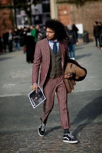 Come indossare e abbinare una cravatta a righe orizzontali blu scuro: Combina una camicia giacca in pelle scamosciata marrone con una cravatta a righe orizzontali blu scuro per un look elegante e alla moda. Per distinguerti dagli altri, scegli un paio di sneakers alte di tela nere e bianche.