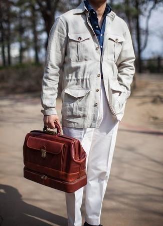 Come indossare e abbinare una camicia giacca beige: Punta su una camicia giacca beige e pantaloni eleganti bianchi per essere sofisticato e di classe.