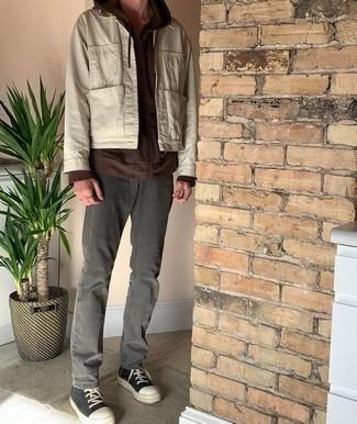 Come indossare e abbinare una camicia giacca beige: Punta su una camicia giacca beige e jeans grigio scuro per un pranzo domenicale con gli amici. Non vuoi calcare troppo la mano con le scarpe? Opta per un paio di sneakers alte di tela nere e bianche per la giornata.