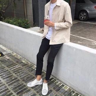Come indossare e abbinare una camicia giacca beige: Metti una camicia giacca beige e chino neri per un drink dopo il lavoro. Mettiti un paio di sneakers basse in pelle bianche per avere un aspetto più rilassato.