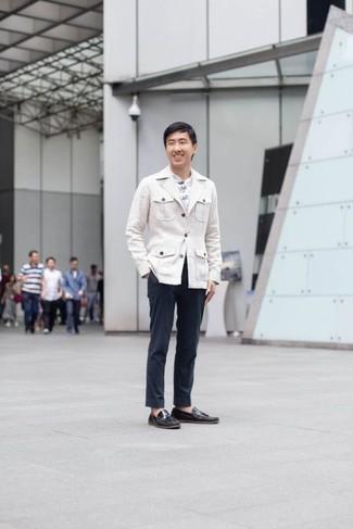 Come indossare e abbinare mocassini con nappine in pelle neri: L'abbinamento di una camicia giacca bianca con chino blu scuro è una scelta perfetta per una giornata in ufficio. Perché non aggiungere un paio di mocassini con nappine in pelle neri per un tocco di stile in più?