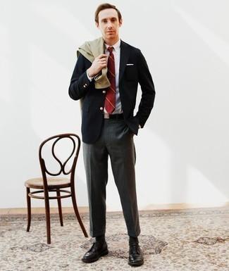 Come indossare e abbinare pantaloni eleganti grigio scuro: Abbina una camicia giacca verde oliva con pantaloni eleganti grigio scuro per un look elegante e alla moda. Scarpe derby in pelle nere sono una valida scelta per completare il look.