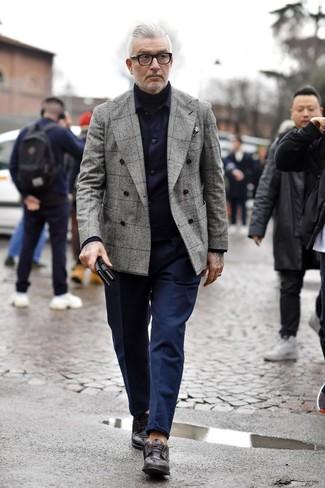Come indossare e abbinare: camicia giacca blu scuro, blazer doppiopetto scozzese grigio, dolcevita nero, chino blu scuro