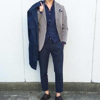 Come indossare e abbinare: camicia giacca di jeans blu scuro, blazer a righe verticali bianco e blu scuro, gilet blu scuro, camicia a maniche lunghe blu scuro