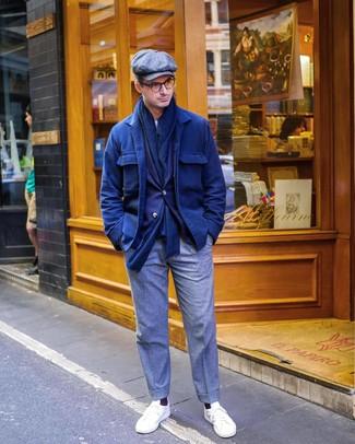 Come indossare e abbinare: camicia giacca di lana blu scuro, blazer blu scuro, t-shirt girocollo bianca, pantaloni eleganti di lana grigi