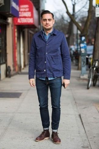 Come indossare e abbinare una camicia giacca blu scuro: Per un outfit quotidiano pieno di carattere e personalità, abbina una camicia giacca blu scuro con jeans blu scuro. Rifinisci questo look con un paio di chukka in pelle marrone scuro.