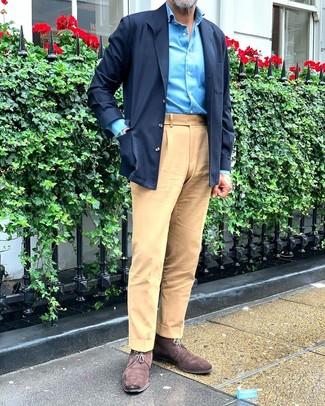 Come indossare e abbinare: camicia giacca blu scuro, camicia a maniche lunghe acqua, chino marrone chiaro, chukka in pelle scamosciata marrone scuro