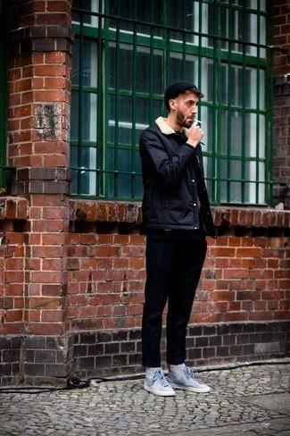 Come indossare e abbinare una camicia giacca blu scuro: Abbina una camicia giacca blu scuro con chino blu scuro per creare un look smart casual. Prova con un paio di sneakers alte di tela stampate grigie per un tocco più rilassato.