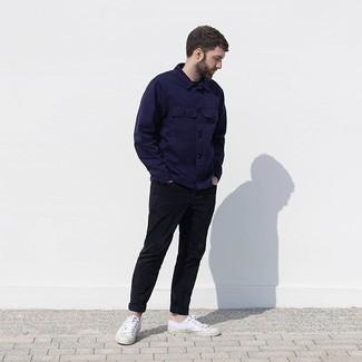 Come indossare e abbinare: camicia giacca blu scuro, chino neri, sneakers basse di tela bianche