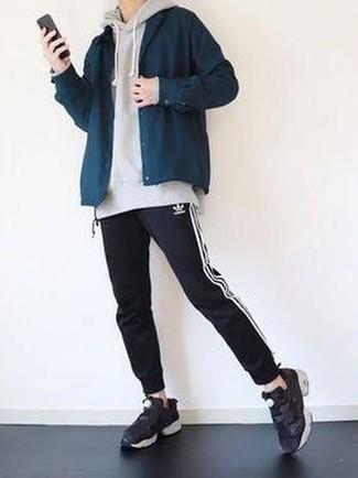 Moda ragazzo adolescente: Punta su una camicia giacca blu scuro e pantaloni sportivi neri e bianchi per un look semplice, da indossare ogni giorno. Prova con un paio di scarpe sportive nere per avere un aspetto più rilassato.