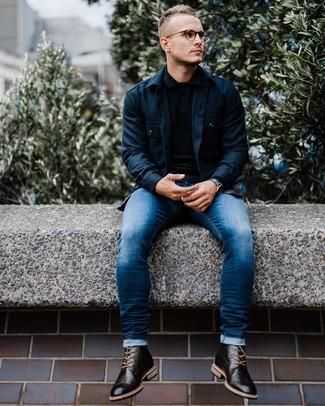 Come indossare e abbinare: camicia giacca blu scuro, maglia  a polo nera, jeans aderenti blu, stivaletti brogue in pelle neri