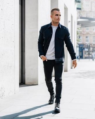 Come indossare e abbinare: camicia giacca blu scuro, maglione girocollo grigio, jeans aderenti neri, stivali casual in pelle neri