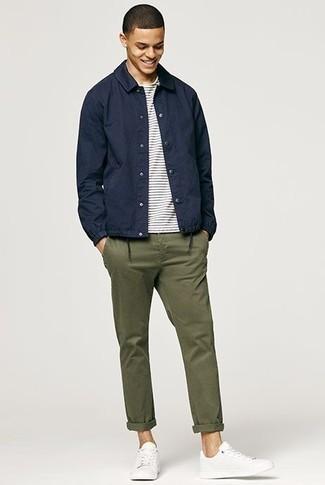 Trend da uomo 2020: Abbina una camicia giacca blu scuro con chino verde oliva per creare un look smart casual. Sneakers basse bianche creeranno un piacevole contrasto con il resto del look.