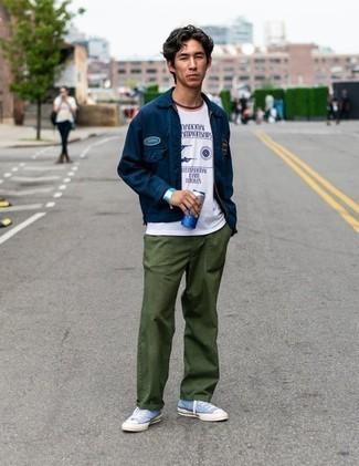 Trend da uomo 2020: Prova ad abbinare una camicia giacca blu scuro con chino verde oliva per un look davvero alla moda. Se non vuoi essere troppo formale, prova con un paio di sneakers alte di tela azzurre.