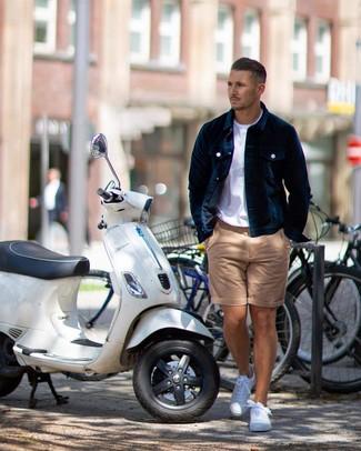 Come indossare e abbinare: camicia giacca di velluto blu scuro, t-shirt girocollo bianca, pantaloncini marrone chiaro, sneakers basse bianche
