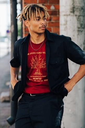 Come indossare e abbinare: camicia giacca blu scuro, t-shirt girocollo stampata rossa, chino blu scuro, cintura in pelle nera