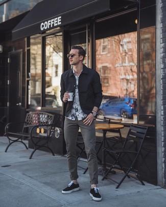Come indossare e abbinare una camicia giacca nera (29 outfit