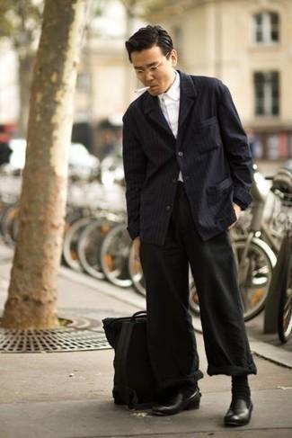 Come indossare e abbinare un zaino di tela nero: Punta su una camicia giacca a righe verticali blu scuro e uno zaino di tela nero per un outfit rilassato ma alla moda. Opta per un paio di mocassini eleganti in pelle neri per un tocco virile.