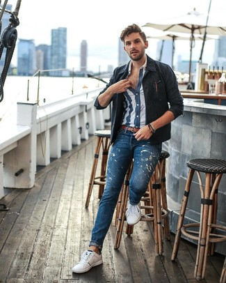 Come indossare e abbinare: camicia giacca blu scuro, camicia a maniche corte a righe verticali blu scuro e bianca, jeans stampati blu, sneakers basse bianche