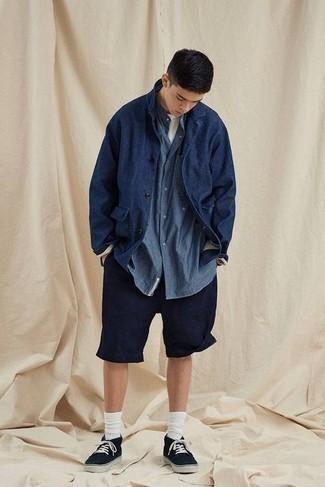 Come indossare e abbinare una camicia giacca blu scuro: Prova a combinare una camicia giacca blu scuro con pantaloncini blu scuro per un pranzo domenicale con gli amici. Se non vuoi essere troppo formale, scegli un paio di sneakers basse di tela nere come calzature.
