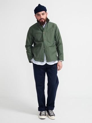 Come indossare e abbinare: camicia giacca verde scuro, camicia a maniche lunghe in chambray azzurra, chino blu scuro, sneakers alte di tela nere e bianche