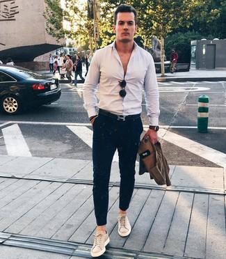 Come indossare e abbinare: camicia giacca marrone, camicia a maniche lunghe bianca, chino blu scuro, sneakers basse in pelle beige