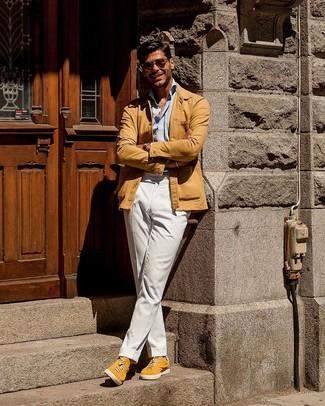 Come indossare e abbinare: camicia giacca marrone chiaro, camicia a maniche lunghe azzurra, chino bianchi, sneakers basse in pelle scamosciata gialle