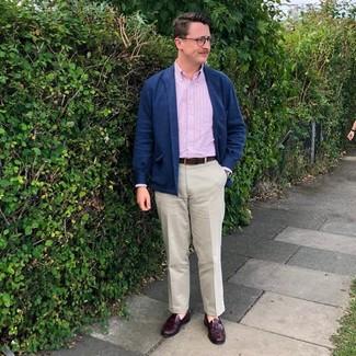 Come indossare e abbinare: camicia giacca di lana blu scuro, camicia a maniche lunghe a righe verticali rosa, chino beige, mocassini con nappine in pelle bordeaux