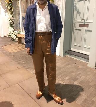 Come indossare e abbinare: camicia giacca di lino blu scuro, camicia a maniche lunghe bianca, chino di lino marroni, scarpe brogue in pelle marroni