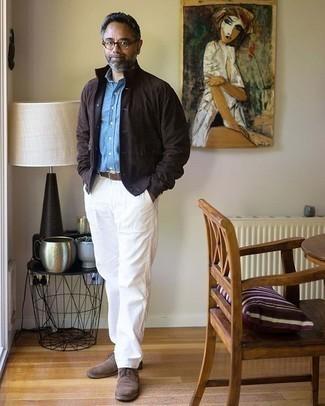 Trend da uomo 2020: Prova a combinare una camicia giacca in pelle scamosciata marrone scuro con chino bianchi per un drink dopo il lavoro. Prova con un paio di scarpe derby in pelle scamosciata marroni per dare un tocco classico al completo.