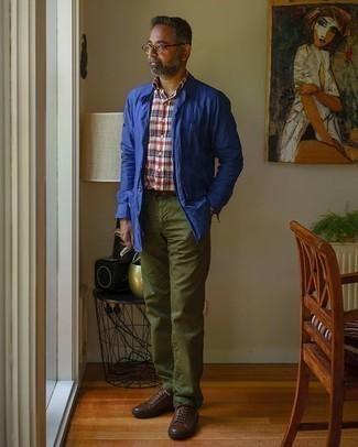 Come indossare e abbinare chino verde oliva: Indossa una camicia giacca blu con chino verde oliva se preferisci uno stile ordinato e alla moda. Scegli uno stile casual per le calzature con un paio di sneakers basse in pelle marrone scuro.